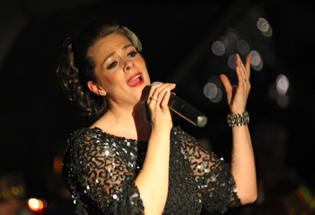 Enjoy a live singer on the Thames Christmas Lunch cruise